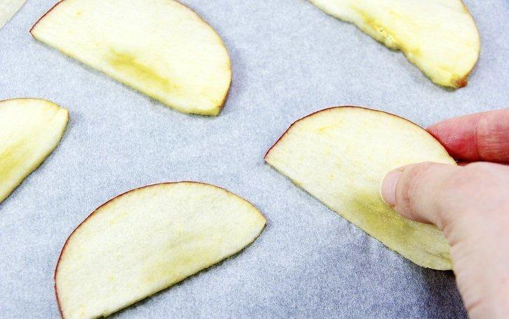 میوه را بر روی کاغذ پوستی پوشیده شده از ورق پخت و پز قرار دهید ./ خشک کردن میوه