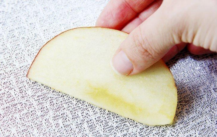 میوه را بر روی لایه ای توری مانند قرار دهید ./ خشک کردن میوه / وجی اسنک